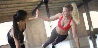 To kvinder dyrker motion