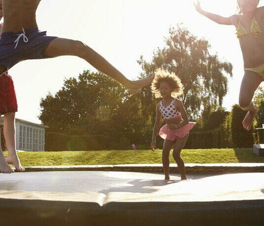 Trampolin til nedgravning - Nedgravet trampolin med børn der hopper