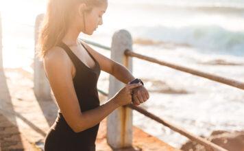 Kvinde med aktivitetsmåler - Fitness ur - Fitness armbånd