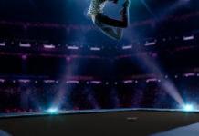 Firkantet trampolin til nedgravning med pige der hopper